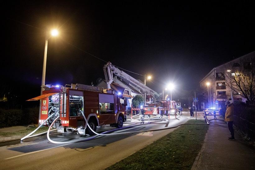 Gori obiteljska kuća, vatrogasci su na terenu