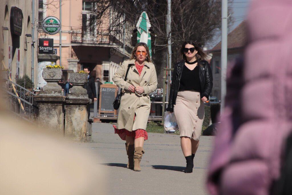 Lijepe žene prolaze kroz grad