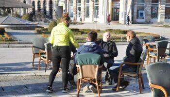 🖼️ TERASE PONOVNO U FUNKCIJI Konobari još poslagivali stolove, 'kavopije' već stigli