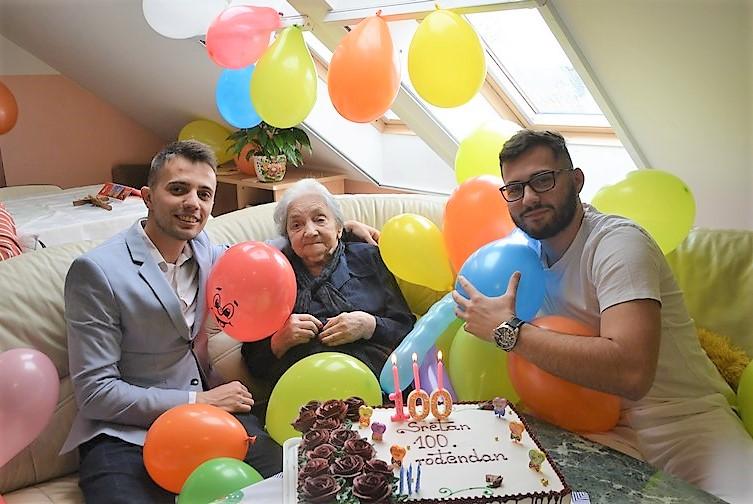 🖼️|🎦 Baka Alojzija uz tortu, svjećice i balone proslavila 100. rođendan