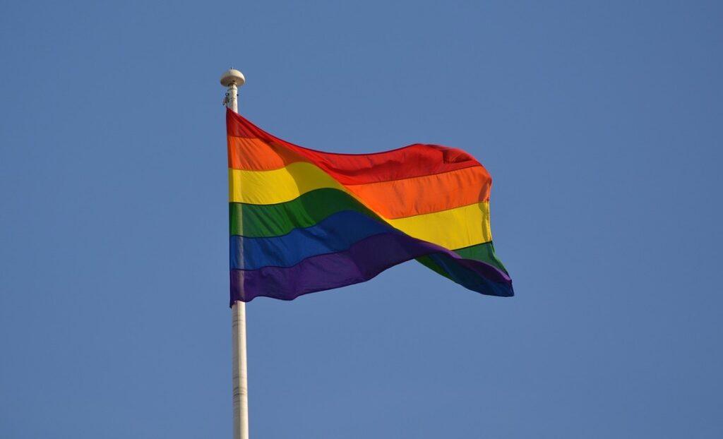 Austrijski katolici duginu zastavu izvjesili u solidarnosti s istospolnim zajednicama