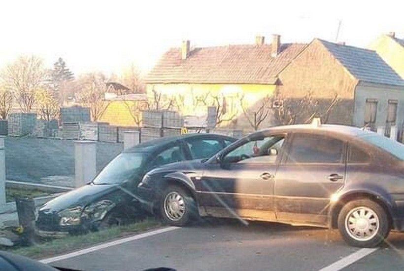 Sudarila se dva automobila, jedan završio u putnom jarku