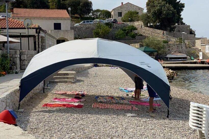 Nesvakidašnja tenda na plaži: 'Ne da su zauzeli plažu, nego udarili granice nove države.'