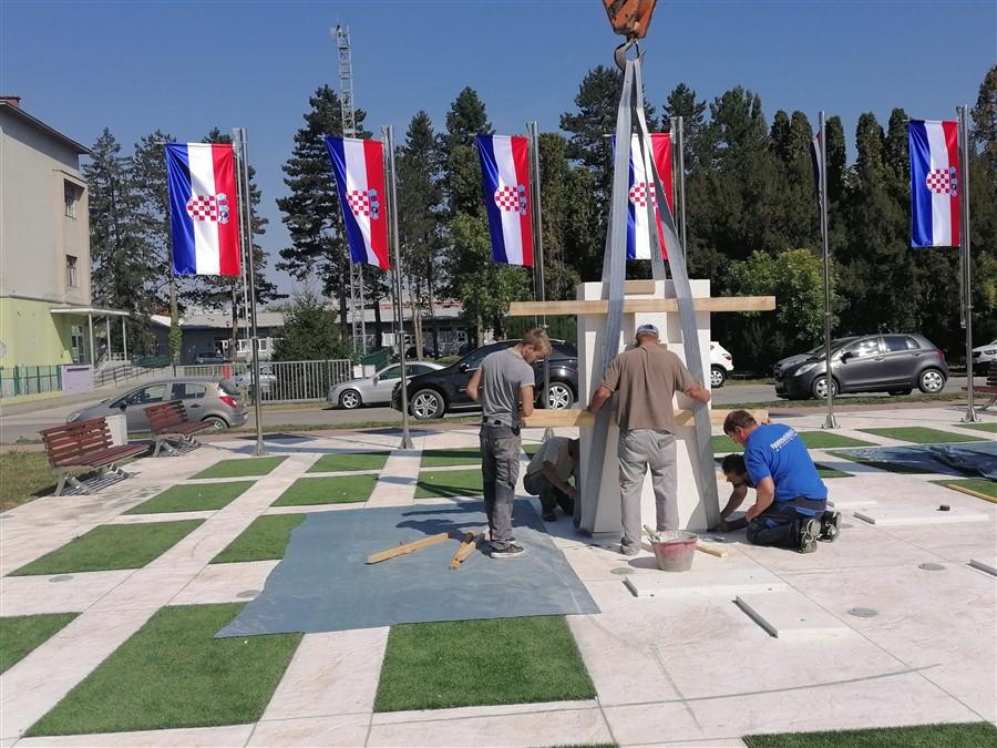 🖼️|🎦 U Križevcima u tijeku postavljanje spomenika križevačkim braniteljima; u petak svečano otkrivanje