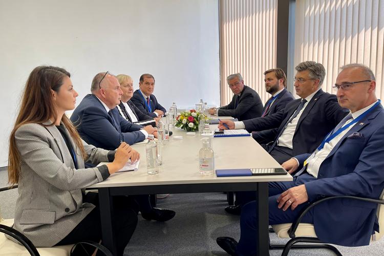 """Vlada RH i Amazon potpisali sporazum o suradnji u razvoju hrvatskih """"cloud"""" politika"""