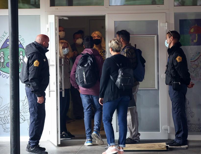 Antimaskeri i danas ispred škole u Kr. Toplicama. Fuchs: 'Nema potrebe da horda, rulja upada u školu!'
