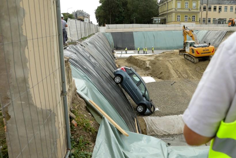 NESVAKIDAŠNJE Probila ogradu gradilišta i završila u velikoj rupi
