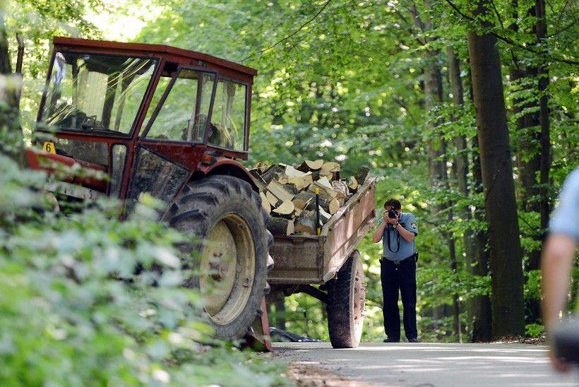 POGINUO TRAKTORIST Vozio drva kada se traktor prevrnu. Ispao je iz kabine