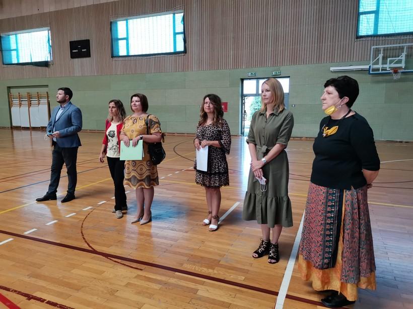 Školu u Križu upisalo 49 prvašića; načelnik Magdić poklonio im prigodne pakete