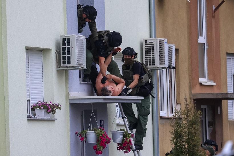 """Policija je """"primirila"""" muškarca koji je prijetio samoubojstvom, a onda je napao policajce"""