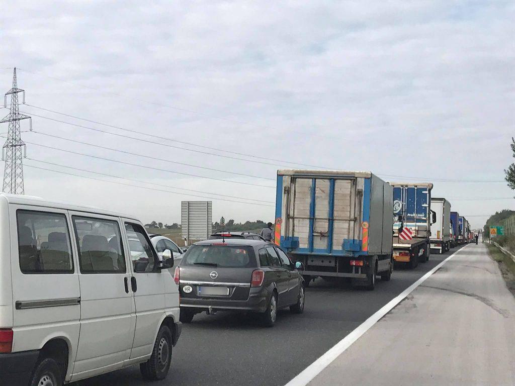 PROMETNA NESREĆA Prekinut promet u smjeru Zagreba; hitna na terenu – kolona dva kilometra
