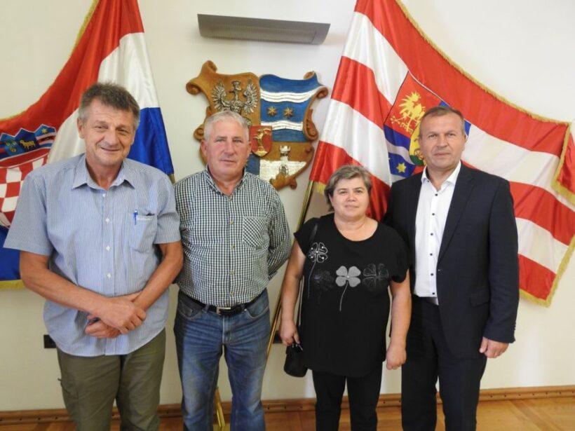 Predstavnici Društva za obilježavanje grobišta ratnih i poratnih žrtava na radnom sastanku kod župana Stričaka