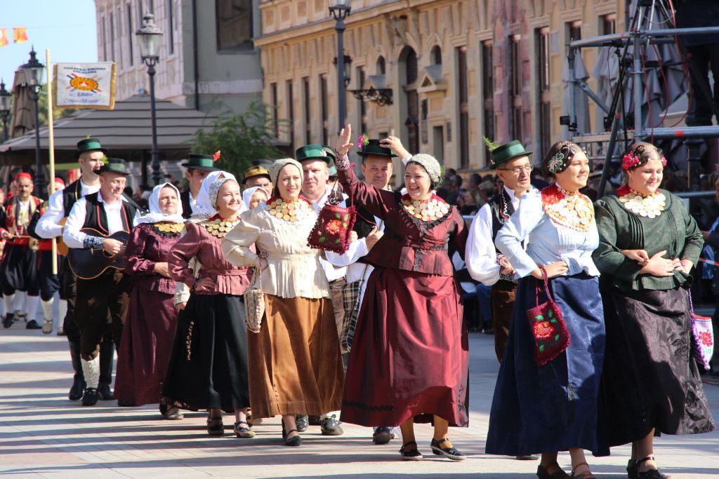 Svečani mimohod kruna 56. Vinkovačkih jeseni: Bogatu tradicijsku baštinu pokazat će 64 folklorna društva