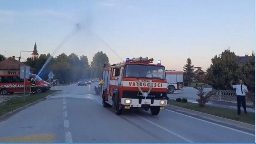 🎦 VATROGASNA SVADBA Vodeni mlazovi, sirena i ukrašeno vatrogasno vozilo