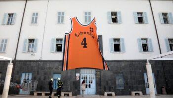 Povodom 57. rođendana Dražena Petrovića, na zgradu Gradske uprave u Šibeniku postavljen njegov dres