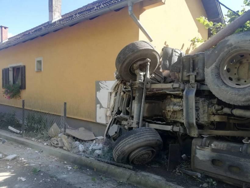 TEŠKA PROMETNA NA KALNIKU Kamion završio na boku; 'zaustavila' ga kuća