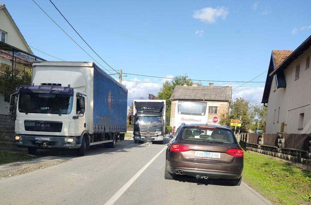 """Poljubili se"" autobus i kamion"