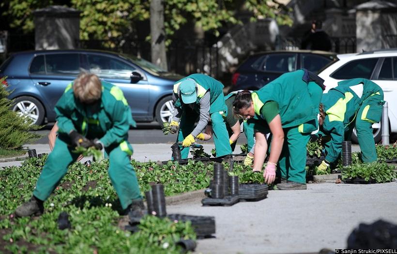 Zagreb: Odmor na suncu dok zaposlenice Zrinjevca uređuju okoliš ispred HNK